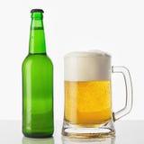 Vidrio de cerveza con la botella Imagen de archivo libre de regalías