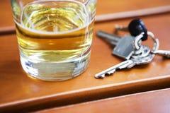 Vidrio de cerveza con llave Fotos de archivo libres de regalías