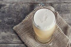 Vidrio de cerveza de cerveza dorada fresca Imágenes de archivo libres de regalías