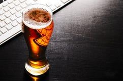 Vidrio de cerveza de cerveza dorada en la tabla Fotografía de archivo