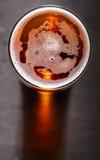 Cerveza de cerveza dorada en la tabla Foto de archivo libre de regalías