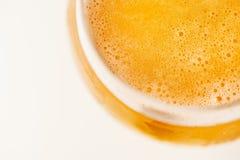 Vidrio de cerveza en el fondo blanco Imagen de archivo libre de regalías