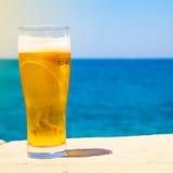 Vidrio de cerveza en el verano cerca del mar Imagen de archivo libre de regalías