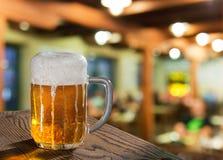 Vidrio de cerveza en pub fotografía de archivo libre de regalías