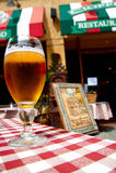 Vidrio de cerveza en restarant italiano imagen de archivo libre de regalías