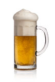 Vidrio de cerveza en un fondo blanco Imágenes de archivo libres de regalías