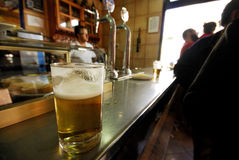 Vidrio de cerveza en una barra de Cadalso de los Vidrios, Madrid, España imagen de archivo