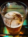 Vidrio de cerveza en una tabla Fotos de archivo