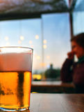 Vidrio de cerveza en una tabla Imágenes de archivo libres de regalías