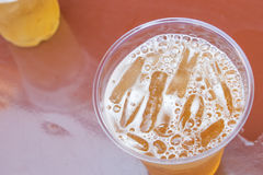 Vidrio de cerveza en una tabla al aire libre Imagen de archivo