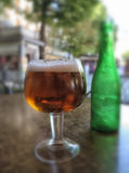 Vidrio de cerveza fría foto de archivo