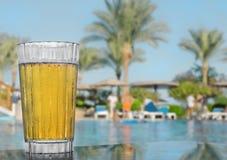 Vidrio de cerveza fría en la tabla Imagen de archivo