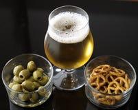 Vidrio de cerveza ligera en fondo reflexivo negro Fotos de archivo