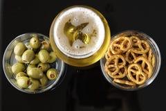 Vidrio de cerveza ligera en fondo reflexivo negro Fotos de archivo libres de regalías