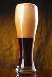 Vidrio de cerveza oscura Foto de archivo