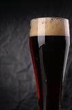 Vidrio de cerveza oscura Imagen de archivo