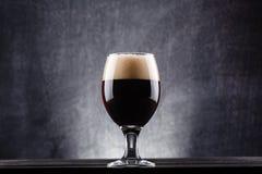Vidrio de cerveza oscura fotos de archivo