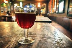 Vidrio de cerveza oscura fresca Foto de archivo libre de regalías