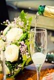 Vidrio de champán con el ramo fotografía de archivo libre de regalías