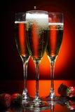 Vidrio de champán con la fresa Fotografía de archivo