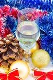 Vidrio de champán con las decoraciones de la Navidad Fotografía de archivo