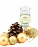 Vidrio de champán con las decoraciones de la Navidad en un fondo blanco Foto de archivo