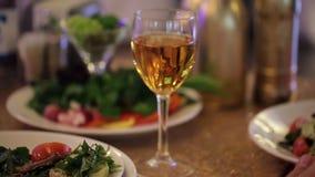 Vidrio de champán en la tabla de banquete almacen de video