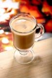 Vidrio de coffe del macchiato del latte en la tabla de madera Imágenes de archivo libres de regalías