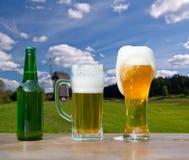Vidrio de colada de cerveza de la botella imágenes de archivo libres de regalías