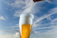 Vidrio de colada de cerveza de la botella imagen de archivo libre de regalías