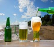 Vidrio de colada de cerveza de la botella fotos de archivo libres de regalías