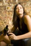 Vidrio de colada de la mujer de vino Imagen de archivo libre de regalías