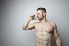 Vidrio de consumición del hombre de agua pura Imagen de archivo