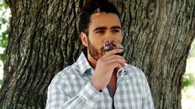 Vidrio de consumición del hombre de vino rojo metrajes