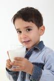 Vidrio de consumición del niño de leche Imágenes de archivo libres de regalías