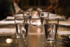 Vidrio de consumición en la mesa de comedor foto de archivo