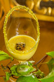 Vidrio de crema batida de la fruta de la pasión, con la fruta de la pasión verde fresca fotos de archivo
