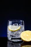 Vidrio de cristal de agua con el limón Fotografía de archivo