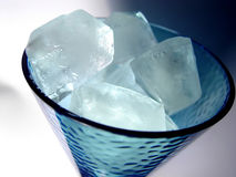 Vidrio de cubos de hielo Fotos de archivo libres de regalías