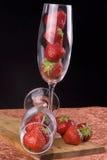 Vidrio de flauta con las fresas   Foto de archivo