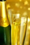 Vidrio de flauta y una botella de Champán Imágenes de archivo libres de regalías