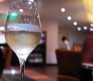 Vidrio de fondo borroso vino enfriado Imagenes de archivo