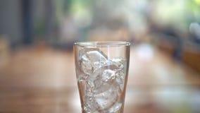 Vidrio de hielo en la tabla de madera foto de archivo libre de regalías