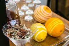 Vidrio de hierbas y de las especias para la decoración y de sabor en ginebra fotografía de archivo libre de regalías