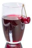 Vidrio de jugo de la cereza con las cerezas Imagenes de archivo