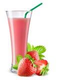 Vidrio de jugo de la fresa con la fruta aislada en blanco Imagenes de archivo