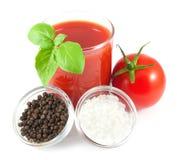 Vidrio de jugo de tomate con el tomate, la albahaca, la pimienta y la sal Imágenes de archivo libres de regalías