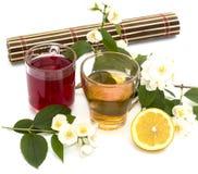 Vidrio de la bebida amarilla y roja, tratamiento por las hierbas Fotografía de archivo