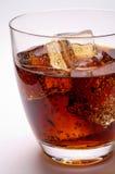 Vidrio de la bebida de la cola con hielo Imagenes de archivo