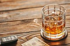 Vidrio de la bebida del whisky o del alcohol con llave de los cubos y del coche de hielo Concepto de la bebida y de la impulsión fotografía de archivo